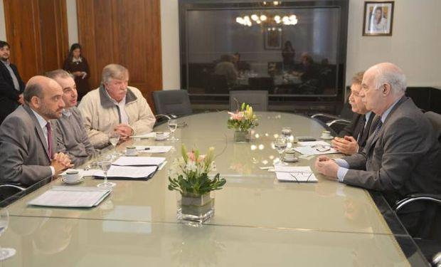 Casamiquela al encabezar la reunión con representantes del sector olivícola.