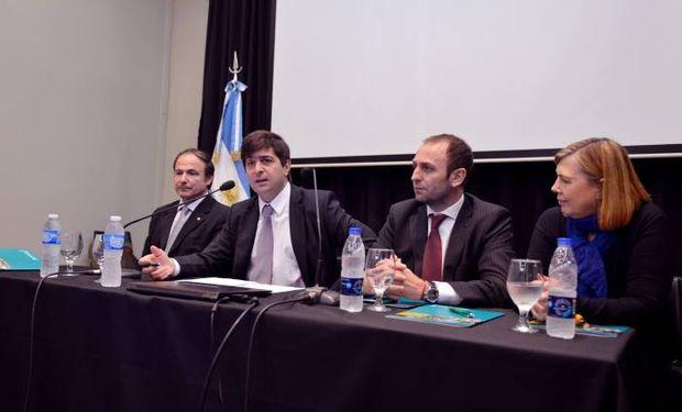 Delgado disertando junto al Subsecretario de Lechería, Arturo Videla,y los directores del INTA, Norma Pensel y Pablo Mércuri.