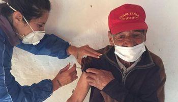Covid: Marta Scalerandi, la enfermera que viajó 10 horas a caballo para vacunar en un lugar inhóspito