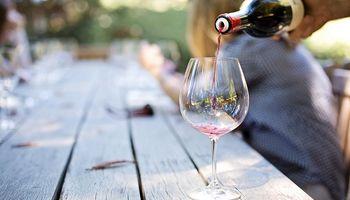 El coronavirus no sobrevive en el vino, pero no hay pruebas de que beberlo sea beneficioso