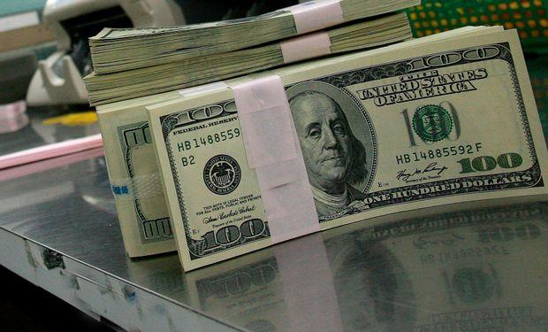 """El dólar oficial subió a $ 5,605 y el """"blue"""" cotiza a  $8,60"""