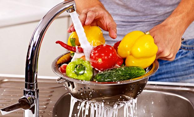 Lavar las frutas y las hortalizas minuciosamente.