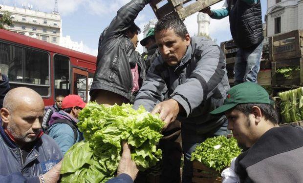 Regalaron 20 mil kilos de verduras en Plaza de Mayo.