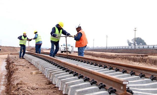 Con la llegada de los rieles y los durmientes de hormigón comenzó el montaje de las vías nuevas. También empezaron los trabajos de hormigonado de las vigas del puente.