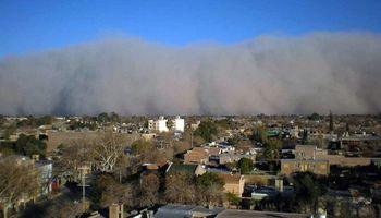 Alerta de nivel rojo por zonda: el Servicio Meteorológico Nacional emitió un informe especial