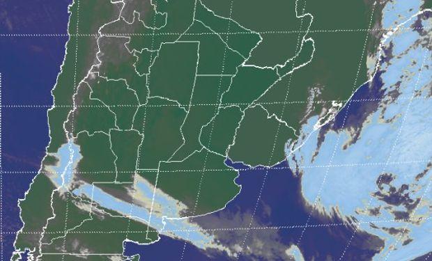 La foto satelital destaca el lento posicionamiento de la zona frontal sobre el sudoeste de BA.