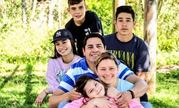 Joana junto a sus cuatro hijos y su esposo.