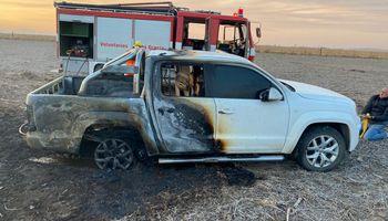 Córdoba: se le incendió la camioneta nueva en el intento por ayudar a un vecino