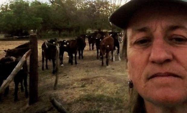 Bettina trabaja en un tambo en un campo a 12 km de Colonia Belgrano.