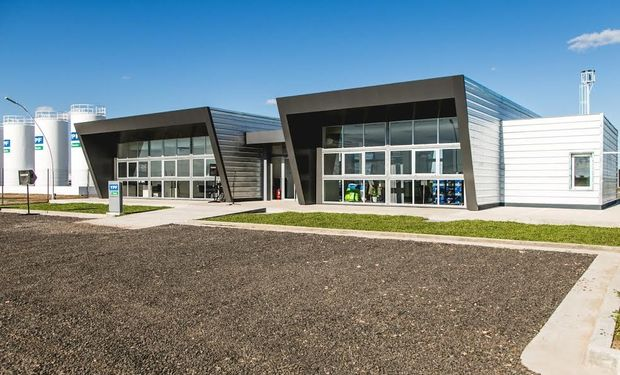 El nuevo centro cuenta con una superficie total de dos hectáreas, con 600 m2 de galpones cubiertos, tres silos y 155 m2 de oficinas comerciales.