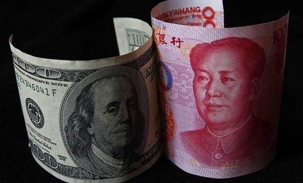 Tras la conmoción que se registró en los mercados de monedas, el Banco Central salió al paso y dijo a la prensa que el yuan seguía siendo una moneda fuerte y que Pekín iba a mantener estable la divisa.